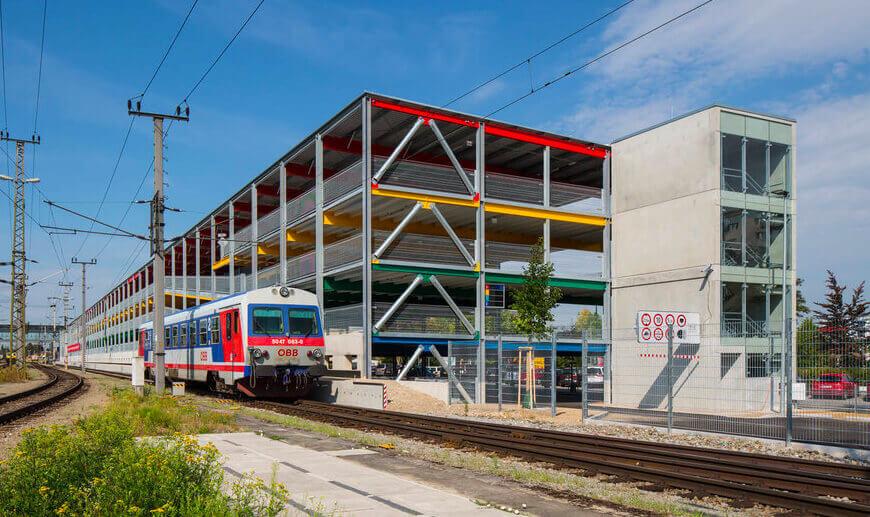 Bahnhofs-Parkhaus mit 545 Stellplätzen