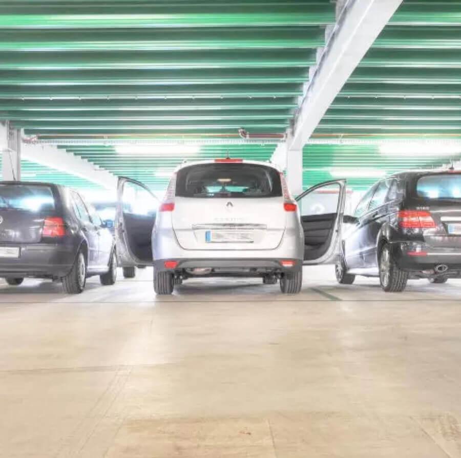 Die regelmäßige Wartung der Böden eines Parkhauses bewahrt dessen Ästhetik und die Sicherheit der Fußgänger.