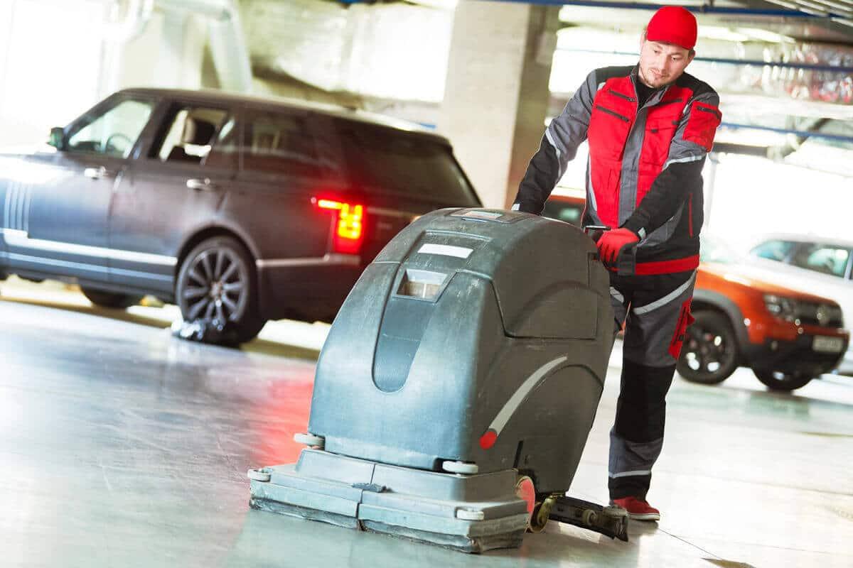 Regelmäßiges Reinigen und Trocknen der Parkhausböden beseitigt unangenehme Gerüche und die Rutschgefahr für Fußgänger
