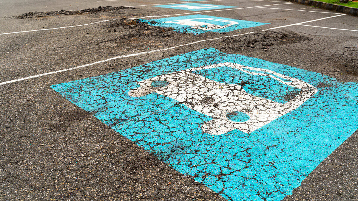 Bei Parkböden besteht, wenn Mikrorisse nicht rechtzeitig erkannt und abgedichtet werden, die Gefahr, dass sich die Beschichtung auflöst und Schlaglöcher bildet.