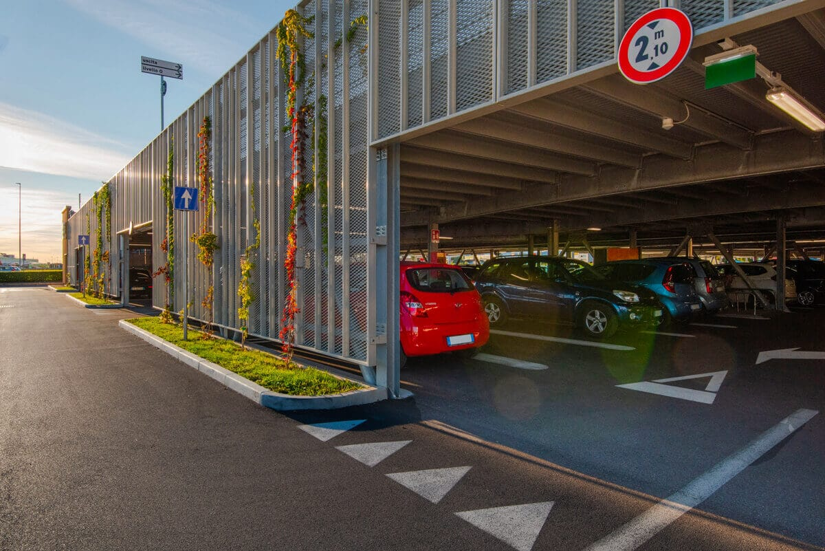 Maßgeschneiderte Architektur und ein hohes Maß an Dienstleistungen, ohne dabei den Verkehrsfluss, die , Fahrwege, angepasste Zufahrtsrampen, usw., zu vergessen.
