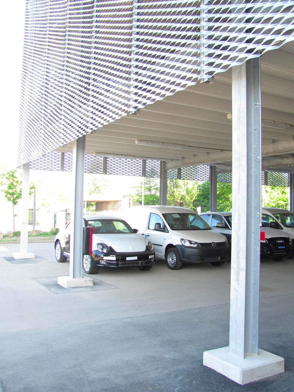 Fahrzeugausstellung in einem Astron Parkhaus